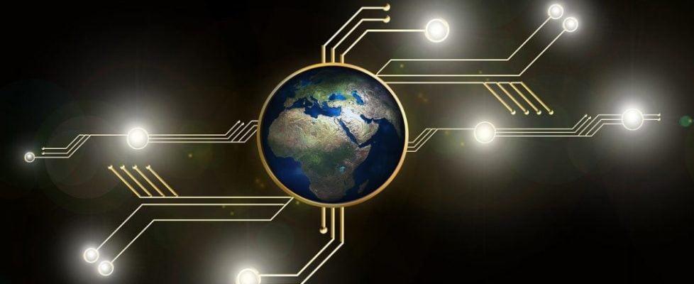 """Automatiserad kryptohandel innebär i princip att så kallade """"trading bots"""", drivna av artificiell intelligens, handlar med kryptovalutor åt en. Med hjälp av algoritmer ger dessa trading bots en exakt marknadsposition av kryptovalutorna och kan därmed effektivisera handeln. Som med alla investeringar, särskilt i kryptovalutor, finns det för- och nackdelar. I denna artikel kommer vi att kika närmre på vilka för- respektive nackdelar det finns med den automatiserade kryptohandeln. På så sätt får du förhoppningsvis en insikt i hur de fungerar och kan bättre fatta ett bra beslut. Men först: vad är automatiserad kryptohandel? Automatiserad kryptohandel är en uppsättning program som är utformade för att automatisera kryptovalutahandel. Vanligtvis måste investerare vara uppmärksamma på marknadsstatistik för att veta när kryptovaluta ska köpas respektive säljas. Automatiserad kryptohandel tar bort denna process och ersätter den med kryptoroboter. De automatiserar analysdelen av marknadsstatistik och samlar all nödvändig information för att sedan beräkna den potentiella marknadsrisken. Idag använder många kryptointresserade sig av dessa hjälpsamma verktyg, men trots detta så undrar många om kryptoroboter som Bitcoin Code bluff eller inte. Fördelar med automatiserad kryptohandel Nedan följer några av fördelarna med automatiserad kryptohandel i form av trading bots: De är mer kraftfulla Den kanske främsta kärnegenskapen och fördelen med trading bots är att de enkelt kan hantera massor av data och komma fram till rimliga slutsatser. Till skillnad från mänskliga investeringsexperter är således trading bots mycket mer kraftfulla. Investeringarna blir mer effektiva Att handla kryptovaluta med trading bots anses vara mer effektivt. Man behöver inte oroa sig för att inte köpa eller sälja vid rätt tidpunkt eftersom robotarna använder sig av algoritmer för att handla. En extra fördel är att dessa bots fungerar dygnet runt och inte endast under kontorstimmarna. Inga känslor inblandade E"""
